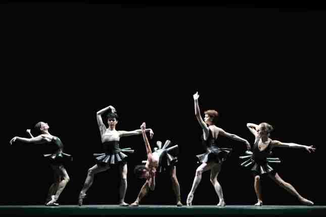w Maria Kochetkova, Natalia Osipova, Polina Semionova, Yekaterina Krysanova and Yekaterina Shipulina performing Mauro Bigonzetti_s Cinque from Reflections-compressed
