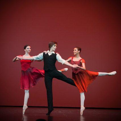 Anna Tikhomirova, Artem Ovcharenko and Kristina Kretova, «Triangle» © Mark Olich