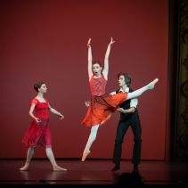 Anna Tikhomirova, Kristina Kretova and Artem Ovcharenko, «Triangle» © Mark Olich