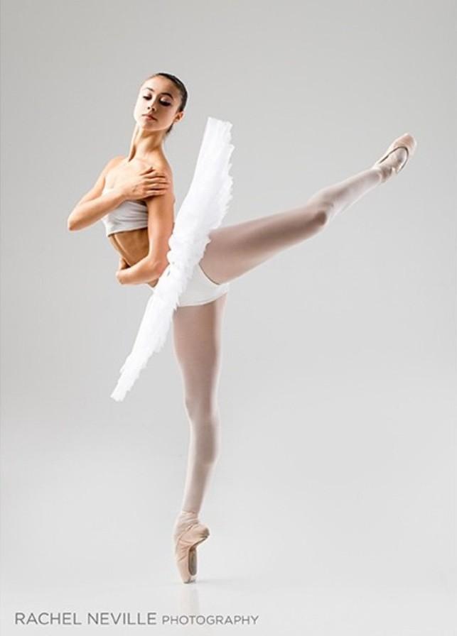 пикантность в позах балерин