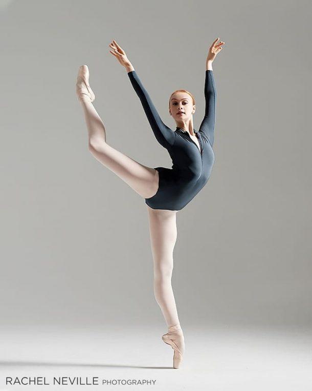 причем, балерины в смешных позах четвереньках